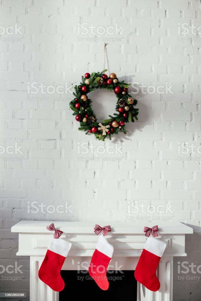 Kamin Mit Weihnachtsstrumpfe Und Tannenkranz Mit Kugeln Hangen An Der Wand Im Zimmer Stockfoto Und Mehr Bilder Von Christbaumkugel Istock