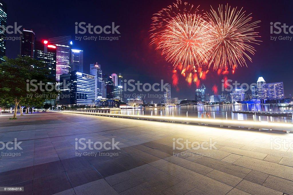 Feuerwerk und Nacht von blühenden Stadt – Foto