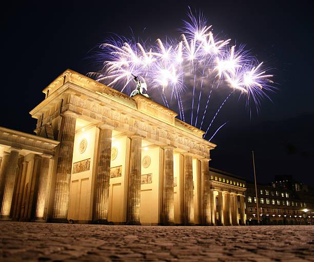 feuerwerk am brandenburger tor in berlin, deutschland - andreas weber stock-fotos und bilder