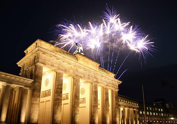 feuerwerk am brandenburger tor in berlin - andreas weber stock-fotos und bilder