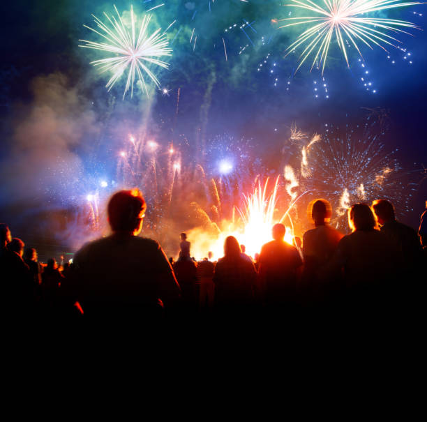 Feuerwerk mit feiern Menschen – Foto