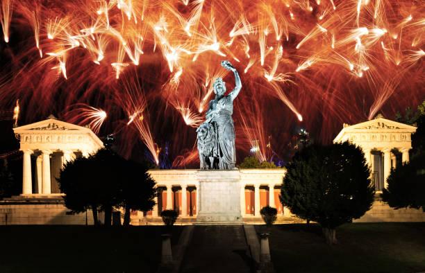 Feuerwerk an der beleuchteten Bayern-Skulptur in München – Foto