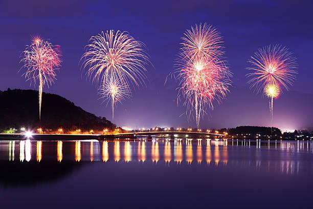 Feuerwerk anlässlich über Kawaguchiko-See in der Nacht mit dem mount – Foto