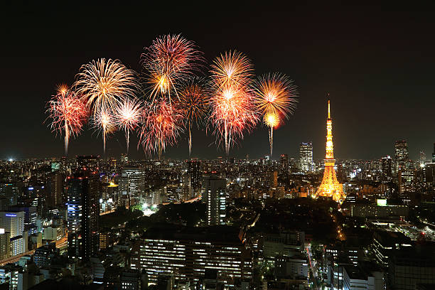 Feuerwerk anlässlich über der Tokyo Skyline bei Nacht – Foto