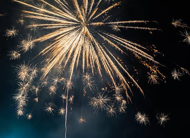 wyświetlacz fajerwerki na ciemne niebo tło - new year zdjęcia i obrazy z banku zdjęć