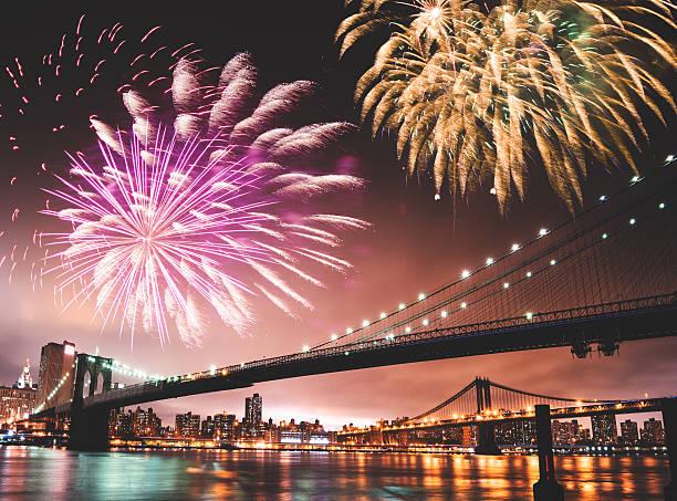 das feuerwerk für ein nationalfeiertag über die brooklyn bridge - new york new year stock-fotos und bilder