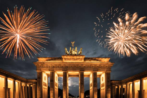 feuerwerk in deutschland für das neue jahr - silvester deutschland stock-fotos und bilder