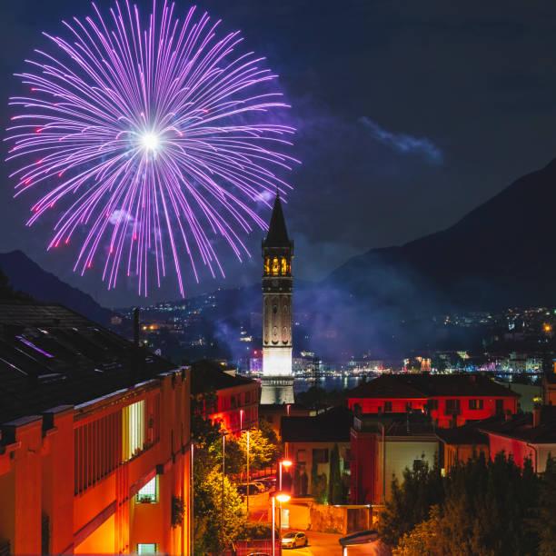 vuurwerk in de stad lecco - lecco lombardije stockfoto's en -beelden