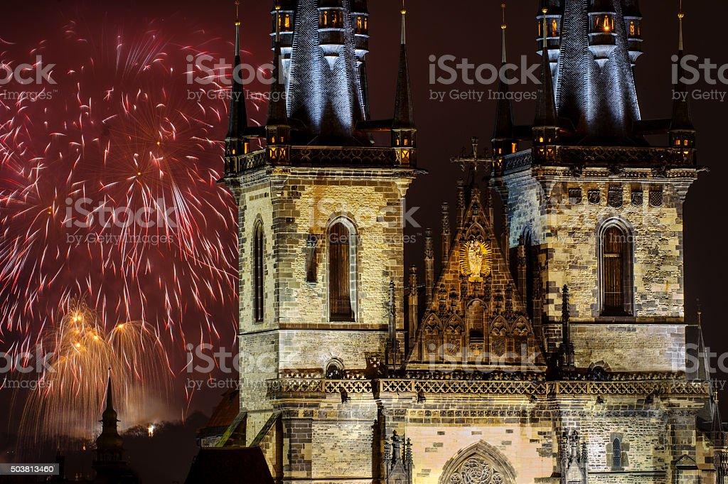 Feuerwerk in Prag hinter der Liebfrauenkirche vor Tyn – Foto