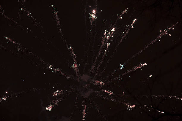 feux d'artifice dans le ciel nocturne. - imploser photos et images de collection