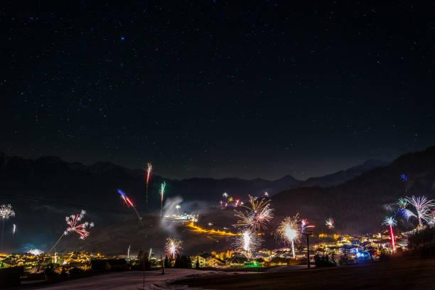 feuerwerk an silvester in den bergen österreichs - fiss tirol stock-fotos und bilder