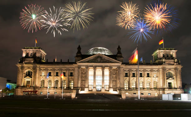 feuerwerk über dem berliner parlament (reichstag), deutschland - silvester deutschland stock-fotos und bilder