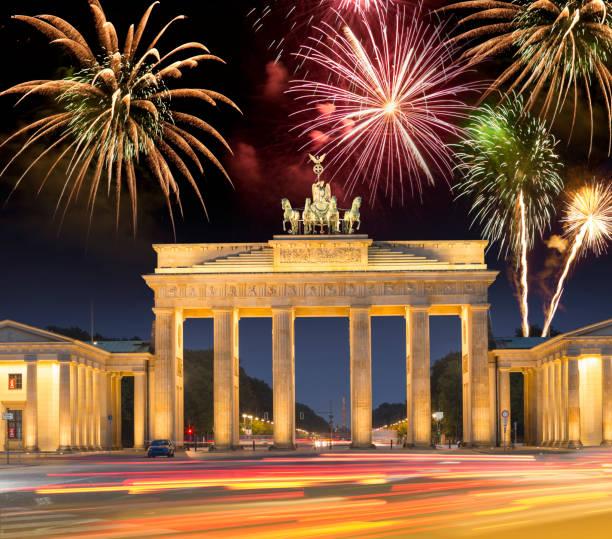 feuerwerk über dem brandenburger tor in berlin deutschland für glückliches neues jahr - silvester deutschland stock-fotos und bilder