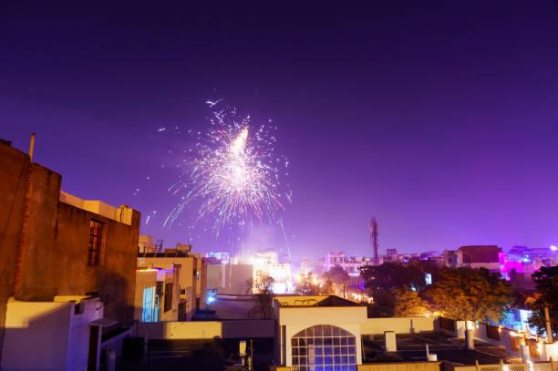 feuerwerk über dem stadtrand in jaipur - frohes neues jahr stock-fotos und bilder