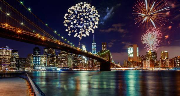 feuerwerk über manhattan, new york city. - new york new year stock-fotos und bilder