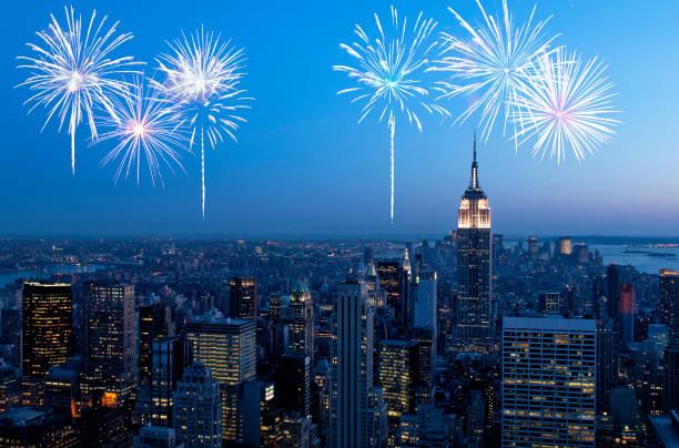 feuerwerk über new york city, manhattan - new york new year stock-fotos und bilder