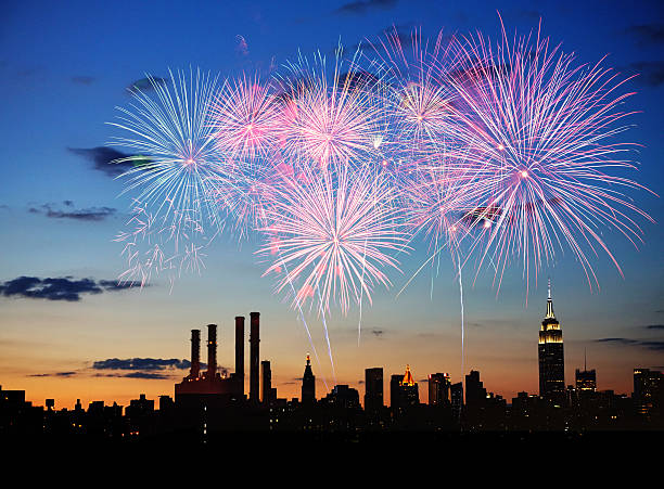 feuerwerk über new york city - new york new year stock-fotos und bilder