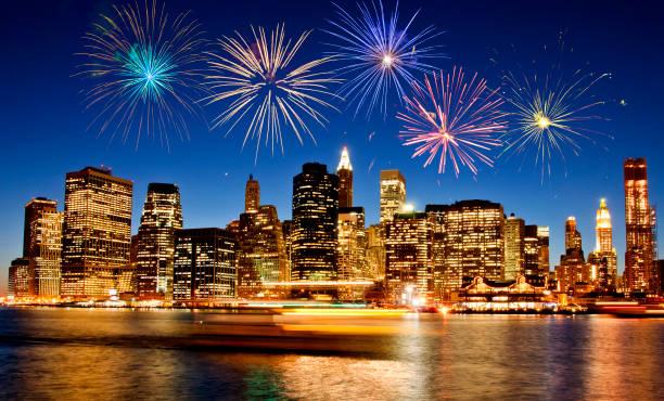 feuerwerk über der skyline von new york city - new york new year stock-fotos und bilder