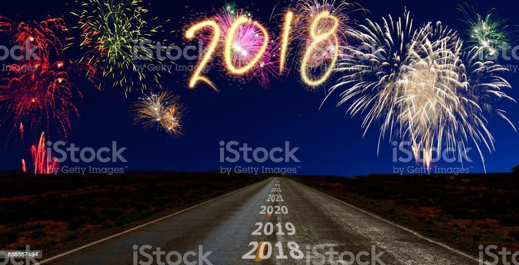 Feuerwerk über dem Weg zum neuen Jahr 2018 – Foto