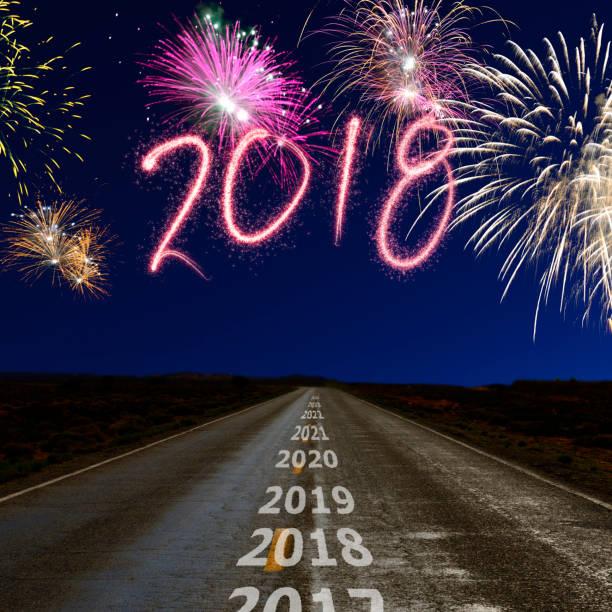 feuerwerk über dem weg zum neuen jahr 2018 - zukunftswünsche stock-fotos und bilder