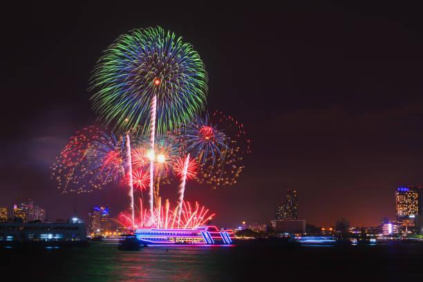 Feuerwerk über der Stadt von Pattaya. – Foto