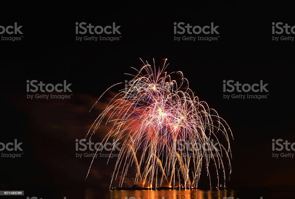 Spettacolo di fuochi d'artificio a notte foto stock royalty-free