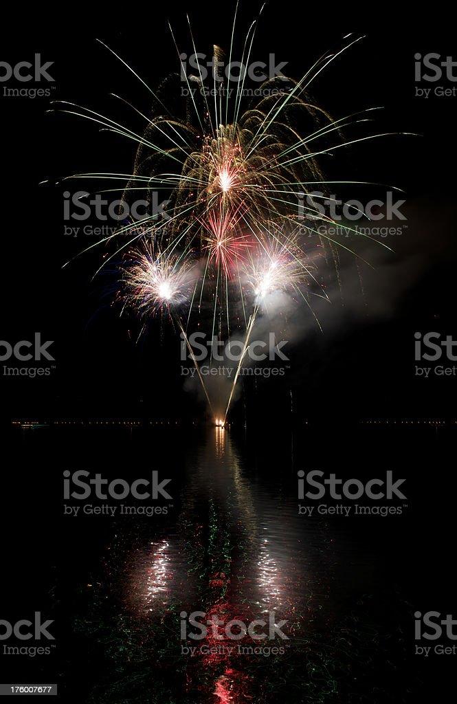 Feuerwerk mit Reflexionen auf dem See Grundlsee (XXXL – Foto
