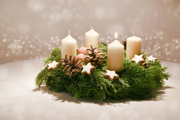 första advent - dekorerad advent krans från fir och evergreen grenar med vita brinnande ljus, tradition i tiden före jul, varma bakgrund med festliga bokeh och kopiera utrymme - advent bildbanksfoton och bilder