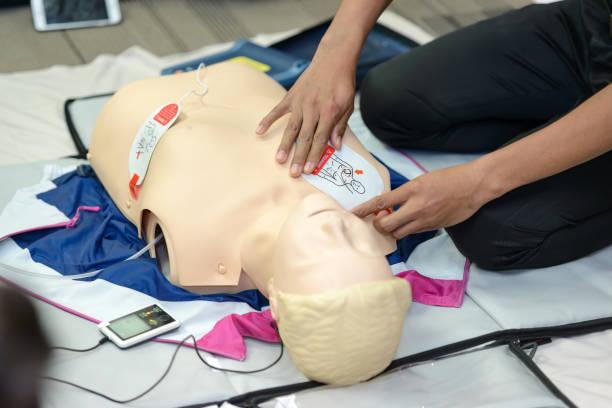 Erste Hilfe-Kurs mit AED Ausbildung kardiopulmonalen Reanimation. selektiven Fokus Platzierung Elektrode – Foto