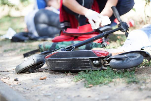 Erste Hilfe für Elektrorollerfahrer bei Unfall verletzt – Foto