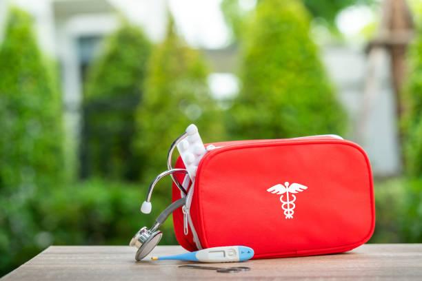 Erste-Hilfe-Kit aus dem grren Hintergrundkonzept – Foto