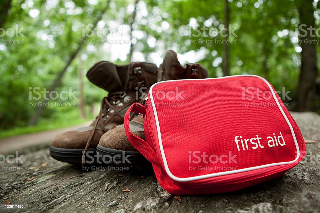 Erste-Hilfe-Kit auf Wanderung - Lizenzfrei Verbandskasten Stock-Foto