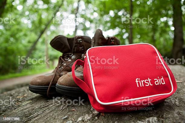 Erstehilfekit Auf Wanderung Stockfoto und mehr Bilder von Verbandskasten