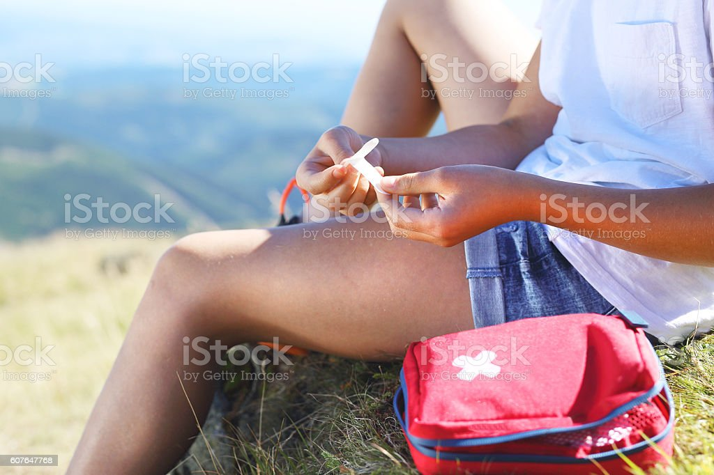 First aid kit, sticking plaster on knee – Foto