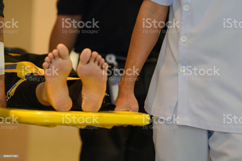 Erste-Hilfe-Ausbildung über das Verschieben von Patienten durch Bahre – Foto