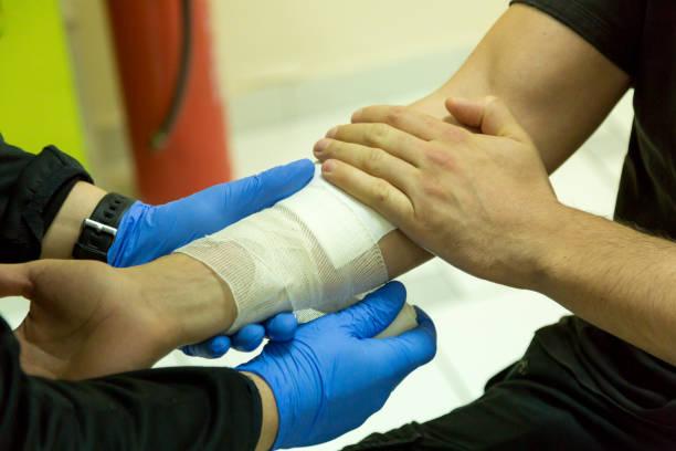 응급 처치 훈련, 팔 붕대 - 응급 처치 뉴스 사진 이미지