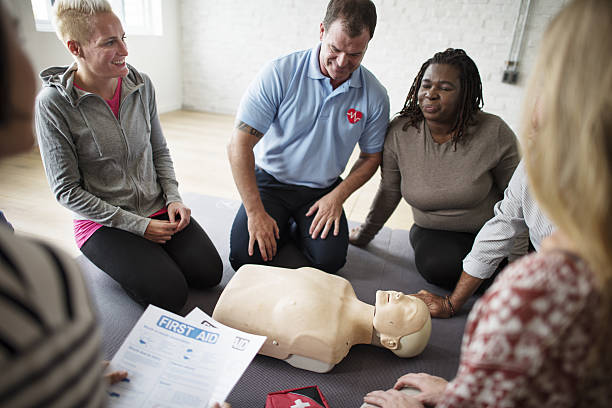 cpr first aid training concept - wellness seminar stock-fotos und bilder