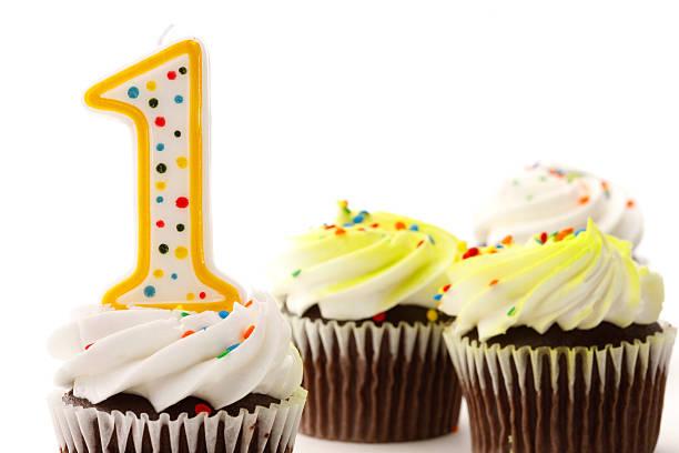 erster geburtstag cupcakes - nummer 1 kuchen stock-fotos und bilder
