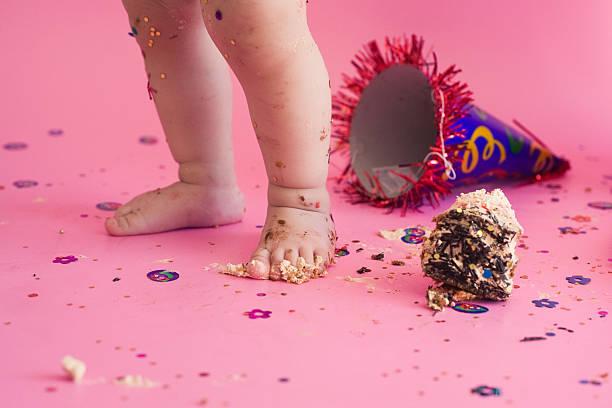 first birthday smash the cake - nummer 1 kuchen stock-fotos und bilder