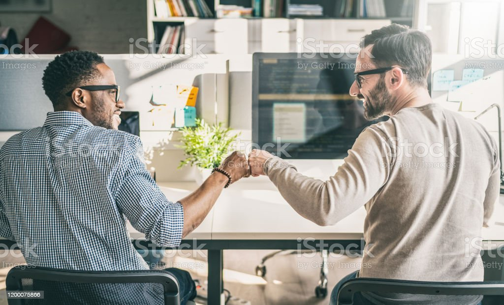 First bump between colleagues at work. Everyday work in the office. - Royalty-free Amizade Foto de stock