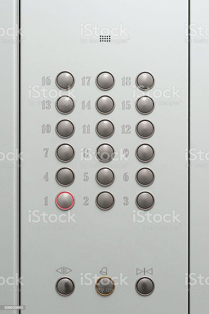 Primer piso presionando el botón del elevador - foto de stock
