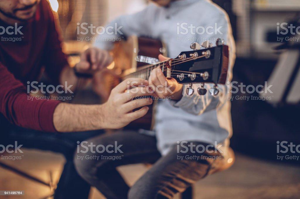 첫 기타 클래스 - 로열티 프리 2명 스톡 사진
