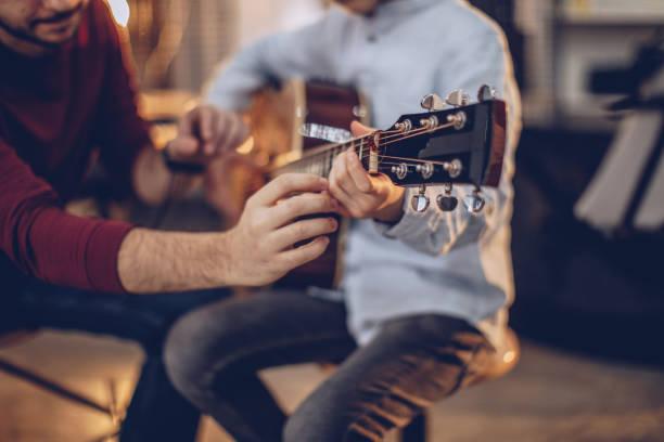 pierwsza klasa gitary - instrument muzyczny zdjęcia i obrazy z banku zdjęć