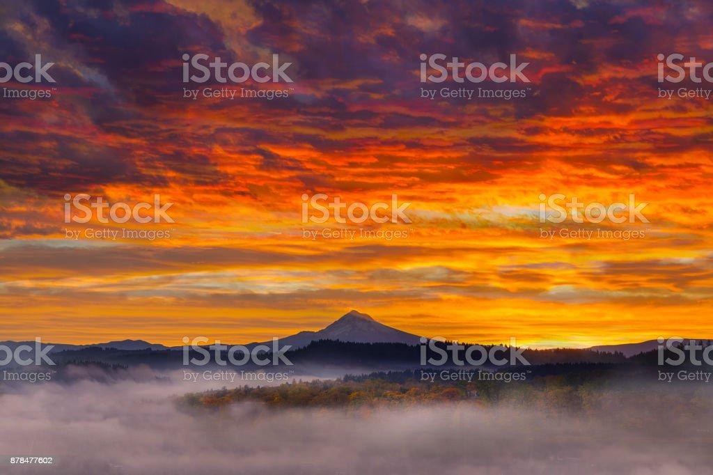 First Light am Mt. Hood in Oregon City einen nebligen Sonnenaufgang Herbst Saison USA – Foto