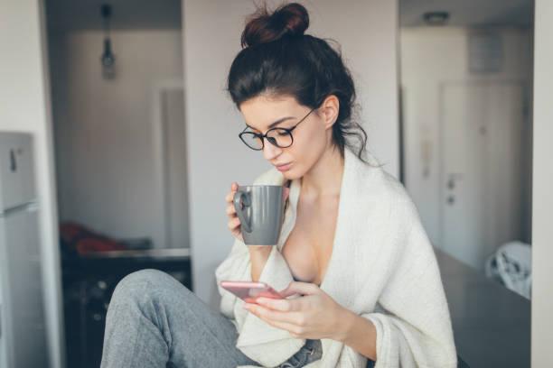 erste kaffee am morgen - hipster unterwäsche stock-fotos und bilder