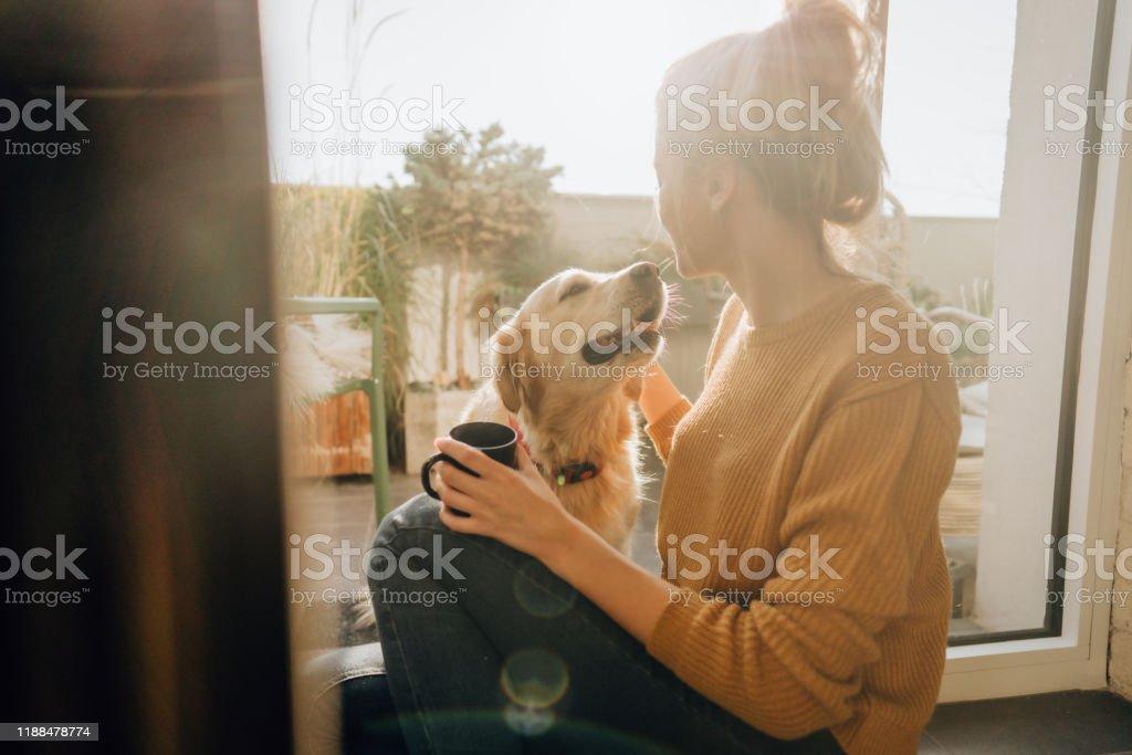 Erster Morgenkaffee mit einer Firma - Lizenzfrei Das Leben zu Hause Stock-Foto