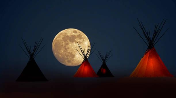 erste nation-tipi-camp unter vollmond - indianer tipi stock-fotos und bilder