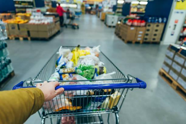 visão em primeira pessoa. homem com carrinho de supermercado. conceito de compra - costumer - fotografias e filmes do acervo
