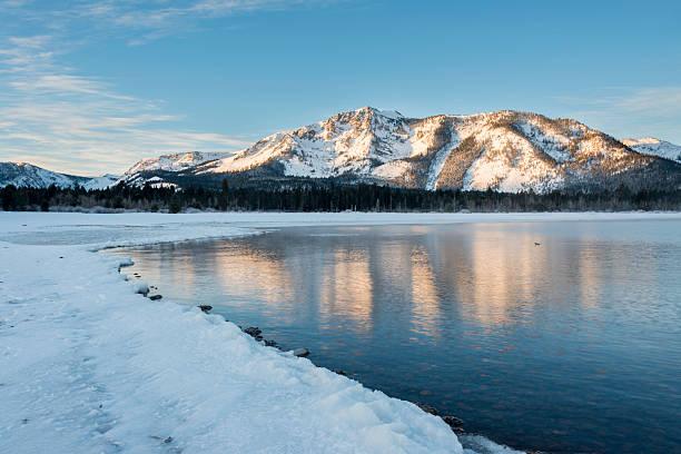 ersten strahlen von licht - lake tahoe winter stock-fotos und bilder