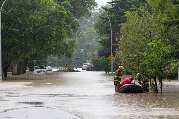 służb pierwszej pomocy wykonaj wyszukiwanie ofiary powodzi - first responders zdjęcia i obrazy z banku zdjęć